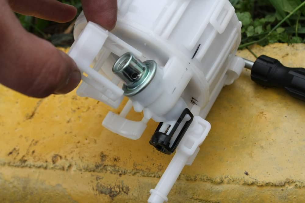 как заменить топливный фильтр на киа рио 2012 видео